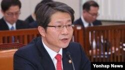 류길재 한국 통일부 장관이 11일 국회 외교통일위 전체회의에서 남북관계 현안에 대한 의원들의 질의에 답변하고 있다.