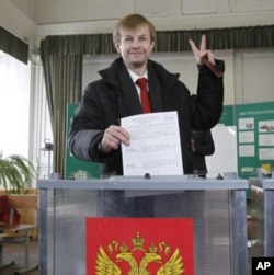 Independent mayoral candidate Yevgeny Urlashov casts his vote at a polling station in the city of Yaroslavl, some 250 kilometers (160 miles) northeast of Moscow April 1, 2012.