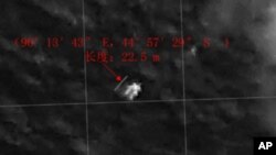 Imagen de satélite proporcionada por China que muestra un objeto flotando en el mar.