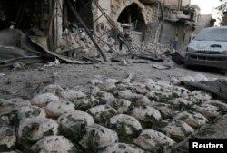 ກ້ອນເຂົ້າຈີ່ ຢາຍເປນແຖວ ຫຼັງຈາກໂຮງງານເຮັດເຂົ້າຈີ່ ໄດ້ຮັບຄວາມເສຍ ຈາກການໂຈມຕີທາງອາກາດ ທີ່ຄຸ້ມ Bab al-Maqam ໃນເມືອງ Aleppo