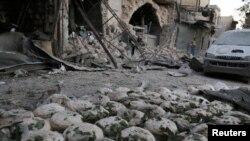 Pilas de pan regadas en un sitio bombardeado en Bab al-Maqam, un vecindario de Alepo en manos de fuerzas rebeldes sirias. Sept. 28, 2016.