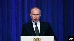 លោកប្រធានាធិបតីរុស្ស៊ី Vladimir Putin ថ្លែងសុន្ទរកថានៅវិមាន Grand Kremlin ក្នុងទិវាអ្នកការពារមាតុភូមិ ឬ Defender of the Fatherland Day ក្នុងក្រុងមូស្គូ ប្រទេសរុស្ស៊ី កាលពីថ្ងៃទី២២ ខែកុម្ភៈ ឆ្នាំ២០១៨។