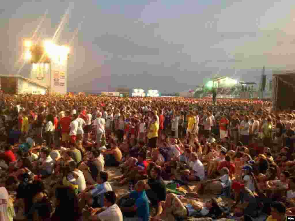Fans watch the U.S. - Belgium game in Rio de Janeiro, Brazil, July 1, 2014. (Gesell Tobias/VOA)