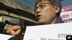 韩国抗议者2月27日在驻汉城的美军司令部前举行反对美韩军演的示威活动