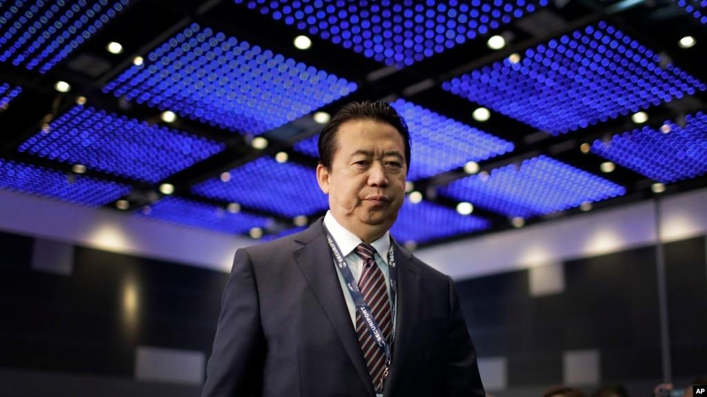 中国公安部副部长出身的国际刑警组织主席孟宏伟走上国际刑警组织世界大会的讲台,准备讲话(2017年7月4日)