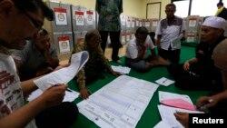 Perhitungan kertas suara oleh anggota KPU di Bendungan Hilir, Jakarta Pusat (10/7). (Reuters/Beawiharta)