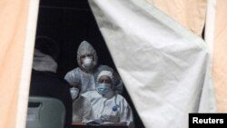 Priština, medicinsko osoblje u zaštitinim odelima u šatoru sa pacijentima obolelim od koronavirusa (Foto: Reuters)