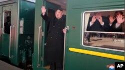 북한 노동당 기관지 노동신문은 24일 김정은 국무위원장이 제2차 북미정상회담이 열릴 베트남 하노이로 출발했다는 기사를 사진과 함께 1면에 게재했다.