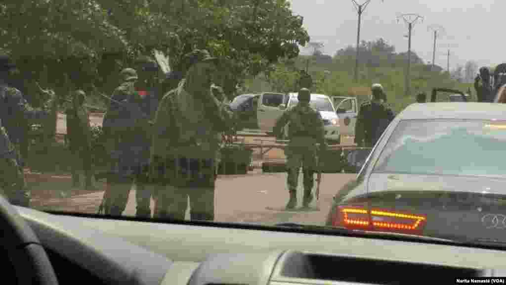 Les mutins ont investi les rues de Yamoussoukro, en Côte d'Ivoire, le 17 janvier 2017. (VOA/Yvon Coulibaly)