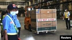 Навантажувач для перевезення вакцин Moderna у Тайванському вантажному терміналі в Таоюань, Тайвань, 18 червня 2021 р