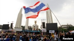 Para demonstran melakukan protes atas rancangan undang-undang amnesti yang kontroversial di Bangkok, Selasa (12/11).