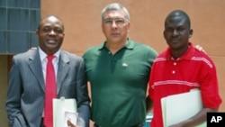 José Manuel, à direita, com Luís Costa Ribas e Alexandre Neto, em Luanda (foto de arquivo)