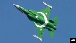 JF-17在2007年3月23日巴基斯坦国庆阅兵上升空亮相