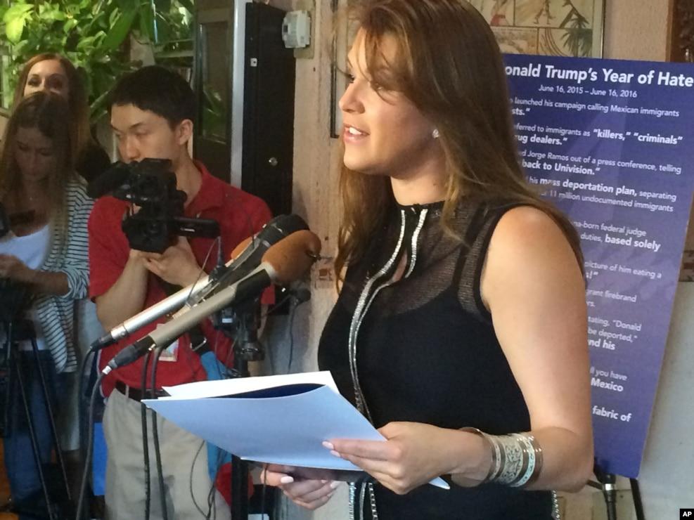 """曾赢得""""环球小姐""""桂冠的艾丽西亚•马查多在记者会上批评美国共和党总统候选人川普(2016年6月15日)"""