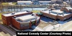 مرکز ملی کمدی که ۵۰ میلیون دلار صرف احداث آن شده، در مساحتی به وسعت ۳۷ هزار فوت مربع، چندین تالار برای اجرای برنامه و ۵۰ نمایشگاه دارد