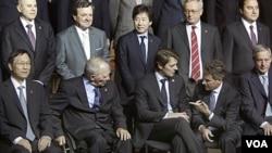 Sebagian dari Menteri Keuangan G20 yang ikut berpose di kantor Kementrian Keuangan Perancis, di Paris (15/10).