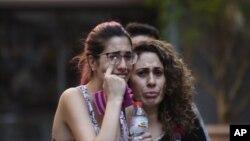 Dân chúng rời khỏi hiện trường vụ tấn công