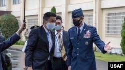 駐日美軍司令施耐德中將2020年10月8日在日本橫田基地駐日美軍總部外迎接日本防衛大臣岸信夫。 (美國空軍照片)