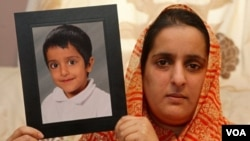 Akila Naqqash, warga Inggris, memegang foto anaknya, Sahil Saeed, 5 tahun, yang diculik di Pakistan. Keluarga ini tak mampu membayar tebusan yang diminta.