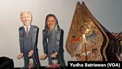 Wayang bergambar Presiden Amerika Serikat Joe Biden dan Wakilnya, Kamala Harris tampil di pentas wayang dengan dalang Ki Purbo Asmoro di kompleks rumahnya di Solo, Sabtu, 30 Januari 2021. (Foto : VOA/ Yudha Satriawan)