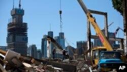 Công nhân làm việc tại một công trường xây dựng ở Bắc Kinh, ngày 30/6/2015. Đà tăng trưởng kinh tế của Trung Quốc rớt xuống mức thấp nhất kể từ cao điểm cuộc khủng hoảng tài chính toàn cầu.