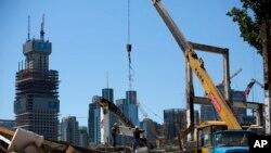 中国工人在北京商业区修建新建筑。(2015年6月30日)