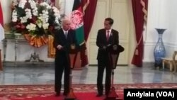 Presiden Jokowi dan Presiden Afghanistan Mohammad Ashraf Ghani menyampaikan keterangan bersama di Istana Merdeka, Jakarta, 4 April 2017 (FOto: VOA/Andylala)