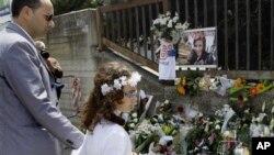 Karangan bunga dan ungkapan duka cita di sekitar lokasi pengeboman sekolah Morvillo Falcone di Brindisi, Italia (20/5).