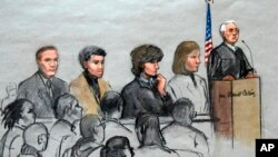 Dzhokhar Tsarnaev, tengah, digambarkan dengan para pengacaranya dan Hakim Distrik AS George O'Toole Jr., kanan, di ruang persidangan pengadilan federal di Boston, Massachusetts, 6 Januari 2015.