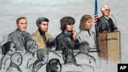 Nghi phạm vụ đánh bom Boston Dzhokhar Tsarnaev (thứ ba từ bên phải) tại tòa án liên bang ở Boston.