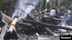 Sebuah kuil Budha di wilayah Cox's Bazar, Bangladesh, rusak dibakar oleh warga muslim yang marah akibat foto pembakaran Quran di Facebook (30/9).