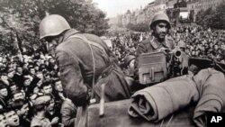 布拉格群众在街头围堵苏联军车