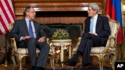 美国国务卿克里和俄罗斯外长拉夫罗夫(左)在罗马举行会谈