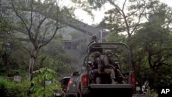 Soldados mexicanos penetran a un mineral en el pueblo de Aquila, en Michoacán, que los narcotraficantes han estado robando y extorsionando.