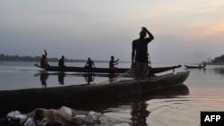 Des pêcheurs sur le fleuve Ubangui, à Bangui, le 1er janvier 2016.