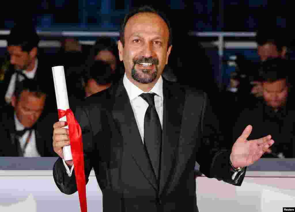 """اصغر فرهادی، کارگردان فیلم """"فروشنده"""" جایزه بهترین کارگردانی را نتوانست بگیرد اما جایزه بهترین فیلمنامه به او رسید."""