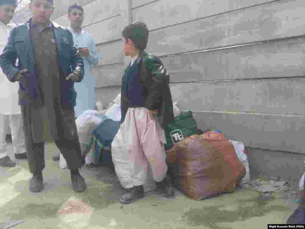 تاہم ان گزرگاہوں سے صرف ایسے افغان جو مصدقہ ویزا کے ساتھ پاکستان آئے تھے اور واپس جانے کے خواہشمند ہیں وہ سفر کر سکیں گے۔