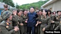 지난달 24일 인민군 제4302군부대 산하 '감나무 중대'를 시찰하는 북한 김정은 국방위원회 제1위원장. 조선중앙통신 보도.