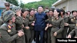 지난 8월 북한 인민군 제4302군부대 산하 `감나무 중대'를 시찰한 북한 김정은 국방위원회 제1위원장.