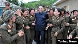 동부전선에 있는 인민군 제4302군부대 산하 `감나무 중대'를 시찰하는 북한 김정은 국방위원회 제1위원장. 24일 조선중앙통신 보도.