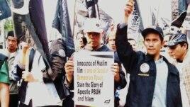 Hizbut Tahrir menuntut pemerintah Amerika segera menghentikan peredaran film film 'Innocence of Muslims' yang menghina Islam dalam aksi protes di depan Kedutaan AS di Jakarta, Jumat 14/9 (foto: Fathiyah/VOA).