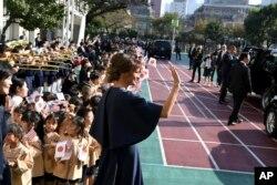La primera dama de EE.UU. Melania Trump se despide de los niños de una escuela de Tokio que visitó el lunes 6 de noviembre de 2017.