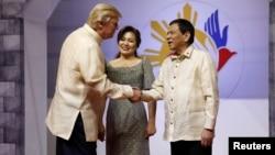 رئیس جمهوری آمریکا پس از ورود به فیلیپین هنگام پیوستن به مراسم شام رهبران آ سه آن با رئیس جمهوری فیلپین دیدار کرد.