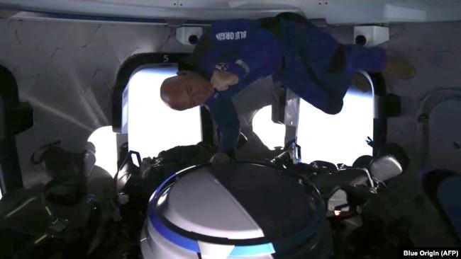 Tỷ phú Jeff Bezos trong phi thuyền Blue Origin hôm 20/7. (AFP PHOTO / Blue Origin)