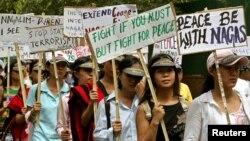 Các nhà hoạt động của Hội đồng Quốc gia Xã hội Chủ nghĩa của Nagaland (NSCN) giơ băng-rôn và khẩu hiệu trong một cuộc biểu tình ở New Delhi.