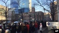 Çikaqolular prezident Barak Obamanın vida mesajını dinləmək üçün Makkormik mərkəzində tədbirə bilet növbəsində dayanıb