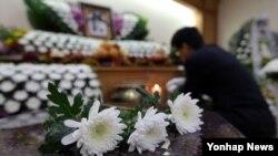 중국 지린성 지안에서 연수 중 버스사고로 숨진 광주시청 김철균 서기관의 빈소가 광주 북구에 차려진 가운데 6일 방문객들이 조문하고 있다.