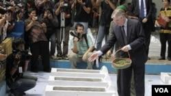 Dubes Belanda untuk Indonesia, Tjeerd de Zwaan menaburkan bunga di atas makam korban pembantaian di desa Rawagede, Karawang (9/12). Setelah lebih dari 60 tahun, akhirnya pemerintah Belanda meminta maaf kepada keluarga para korban.