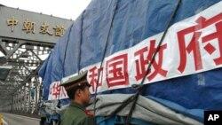 중국 단둥에서 지원식량을 싣고 북한으로 향하는 트럭 (자료사진)