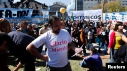 Manifestantes en las afueras de la Corte Suprema de Justicia en Buenos Aires celebran el fallo de constitucionalidad de la Ley de Medios.